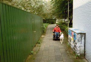 Beau geleidt de elektrische rolstoel, bezien vanaf de voorzijde.